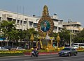 2016 Bangkok, Dystrykt Phra Nakhon, Aleja Ratchadamnoen, Ołtarz z wizerunkiem króla Ramy IX (05).jpg