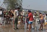 2020 protest indických farmářů - muži praní oblečení.jpg