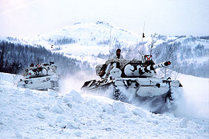 2 norwegian Leopard tanks in the snow