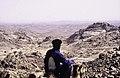 ASC Leiden - van Achterberg Collection - 16 - 39 - Un chamelier devant un paysage rocheux - Ahaggar, Algérie - Avril 1991.jpg