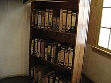 Ricostruzione della libreria girevole che nascondeva l'accesso al rifugio segreto.