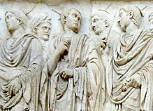 Flachrelief von fünf römischen Priestern