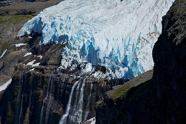 https://upload.wikimedia.org/wikipedia/commons/thumb/6/65/Argentina_-_Mt_Tronador_Ascent_-_65_-_Casa%C3%B1o_Overa_glacier_%286834408616%29.jpg/640px-Argentina_-_Mt_Tronador_Ascent_-_65_-_Casa%C3%B1o_Overa_glacier_%286834408616%29.jpg