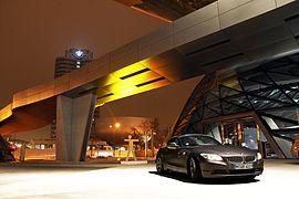 BMW Welt München und BMW Z4 E89 35i sDrive Design Pure White Heckansicht.jpg