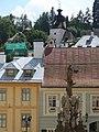 Banská Štiavnica, mariánský sloup, v pozadí věž Klopačka.jpg