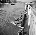 Bemanningsleden Arthur en Otto helpen loods Klöckner aan boord van de Damco 9, Bestanddeelnr 254-1569.jpg