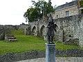 Binche Porte Saint-Paul statue du Pierrot (bronze).JPG