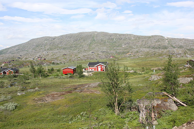 Fichier:Bjørnfjell mountain and cottages.jpg