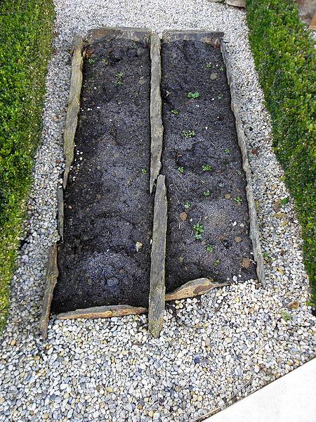 Tombes-coffres en ardoise du cimetière médiéval de Bréal-sous-Vitré (35).