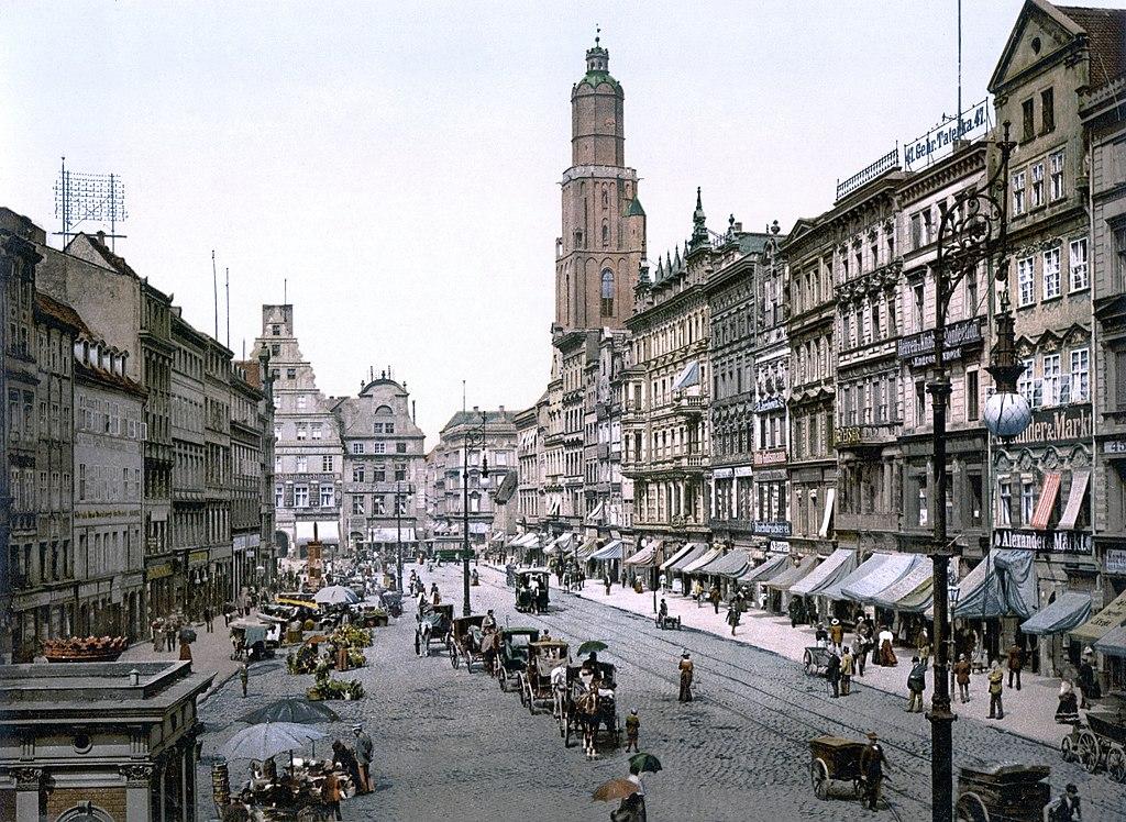 La place du marché de Breslau, alors en Allemagne (maintenant Wrocław en Pologne) entre 1890 et 1900, vue depuis l'Est. (définition réelle 1024×772*)