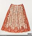 Brett förkläde av tämligen grov vit bomullslärft med tryckt avpassat mönster i 2 röda nyanser - Nordiska museet - NM.0048022 (3).jpg