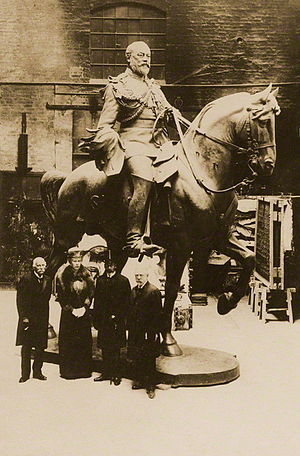 Thomas Brock - George V and Queen Mary with Sir Thomas Brock in the Thames Ditton Foundry of A.B. Burton