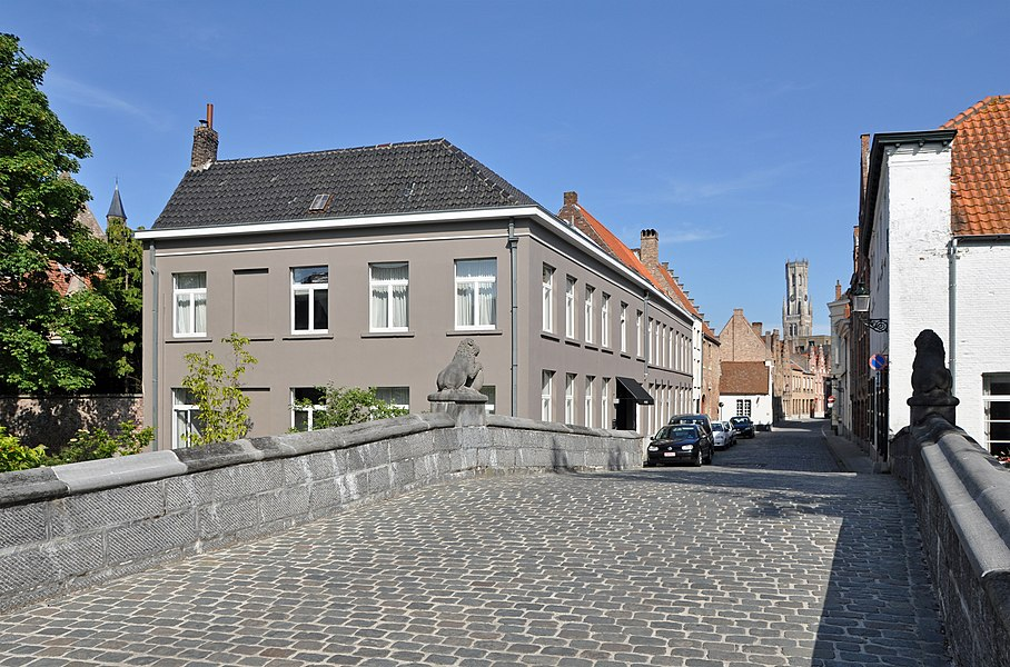 Bruges (Belgium): Leeuwstraat. Foreground: the Leeuwen bridge.