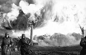 Bundesarchiv Bild 101I-268-0154-11, Russland, Soldaten vor brennendem Gebäude.jpg
