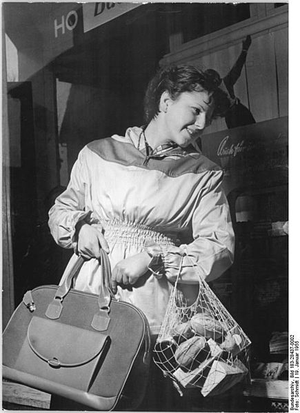 File:Bundesarchiv Bild 183-28437-0002, Präsentation von Einkaufstaschen.jpg