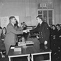 Burgemeester Thomassen van Rotterdam overhandigde sextant aan beste leerling zee, Bestanddeelnr 918-0401.jpg