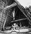 COLLECTIE TROPENMUSEUM Galerij van een adatwoning met aan bamboe bevestigde trommels en een orkest dat een dans begeleidt in het dorp Simanindo TMnr 20000325.jpg