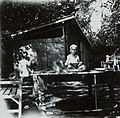 COLLECTIE TROPENMUSEUM Jongen op eettafel bij de badplaats Kali Bening TMnr 60053736.jpg