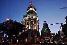 Calle de Alcalá e Edificio Metrópolis al tramonto