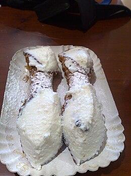 Vassoio con cannoli siciliani.