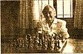 Celia frente a su tablero de ajedrez.jpg