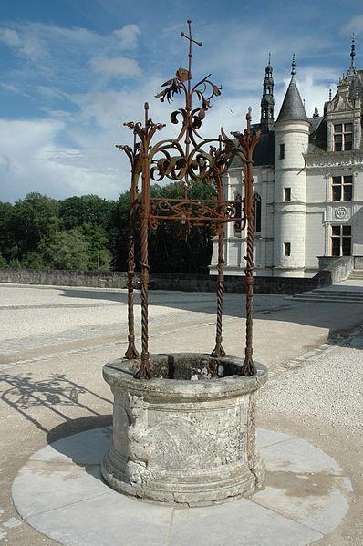 Средневековый колодец в центре площади замка.  Далее.