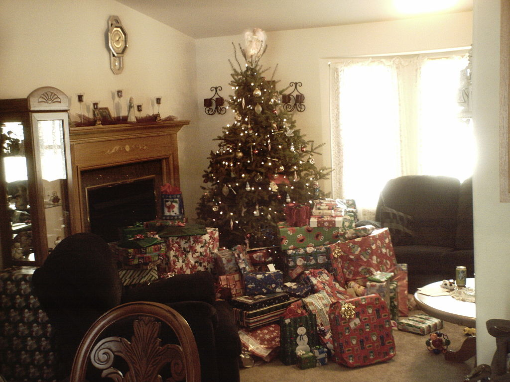 Real christmas trees with presents - File Christmas Tree With Lots Of Presents 2 Jpg