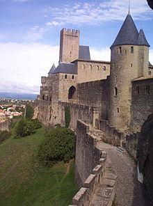 Carcassonne, Rossiglione, Francia. Sebbene pesantemente restaurate, le mura della città sono uno dei migliori esempi in Europa di fortificazione medievale.