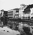 Collectie NMvWereldculturen, TM-20000902, Negatief, 'Gezicht op de Kali Besar met bebouwing op de oever in het oude stadsdeel', fotograaf Boy Lawson, 1971.jpg