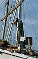 Collectie NMvWereldculturen, TM-20020642, Dia, 'Man in de mast van een Buginese prauw in de haven Sunda Kelapa', fotograaf Henk van Rinsum, 1980.jpg