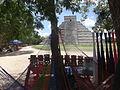 Columnas y pirámides en Chichén Itzá 03.JPG