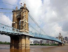 Il ponte Roebling scavalca il fiume Ohio collegando Covington in Kentucky con Cincinnati.