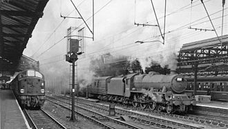 """Crewe railway station - View northward on Platform 4 in 1962, with an English-Electric Type 4 to the left, and a 6P """"Jubilee"""" to the right"""