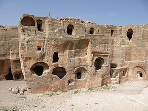Dara (Mesopotamia) - Ruins of rock-cut building in Daras