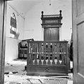 De gebedsruimte met Heilige Arke en biema (= verhoging voor het voorlezen van de Tora) van de synagoge te Haaksbergen in verval - Haaksbergen - 20095201 - RCE.jpg