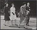 De koninklijke familie op weg naar de Rijksuniversiteit Groningen alwaar aan kon, Bestanddeelnr 019-0598.jpg