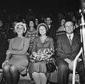 De prinses (midden) kijkt naar het podium, Bestanddeelnr 926-8292.jpg