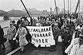 Demonstranten met spandoek onderweg. Links Frits Bom, Bestanddeelnr 932-4588.jpg