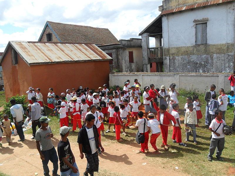 File:Des écoliers célébrant le nouvel an malgache à Ambohidrabiby en mars 2015.JPG