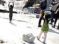 Deux enfants transportant du granite pour le concassage à Parakou Bénin.jpg