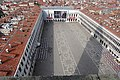 Die trapezförmige Form des Markusplatzes ist vom Campanile aus besonders gut ersichtlich - panoramio.jpg