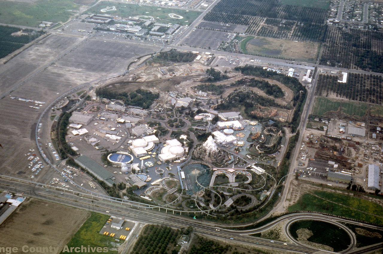Vista aérea del parque de atracciones Disneyland, en 1962.