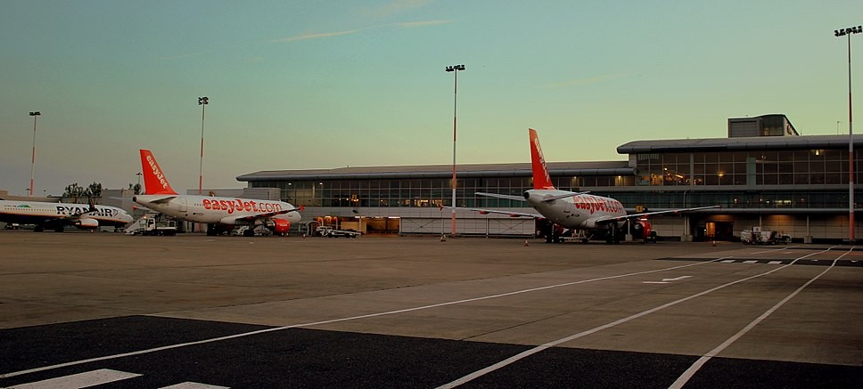 EASYJET AIRBUS A319 AND A320 AND A RYANAIR BOEING 737-800 AT LIVERPOOL JOHN LENNON AIRPORT JULY 2013 (9228530699).jpg
