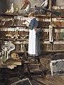 Edouard John Mentha Lesendes Dienstmädchen in einer Bibliothek.jpg