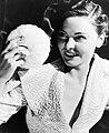 Een vrouw met een poederdons, Bestanddeelnr 254-6193.jpg