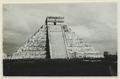 El Castillo , den centrala pyramiden. T. v. krigarens tempel - SMVK - 0307.f.0017.tif