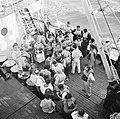 Emigranten (oliem) aan dek van het schip dat hen naar Israel brengt bij de sloep, Bestanddeelnr 255-1099.jpg
