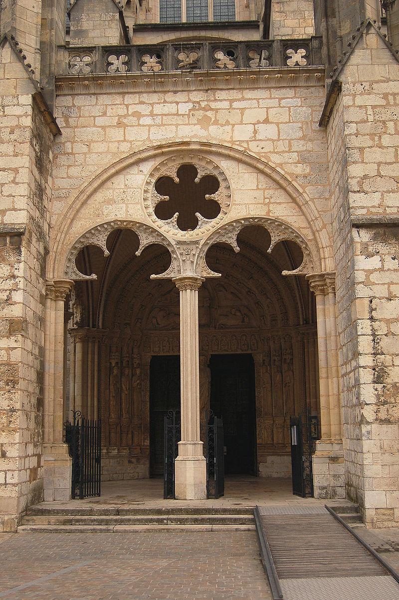 Entrée cathedrale bourges.JPG