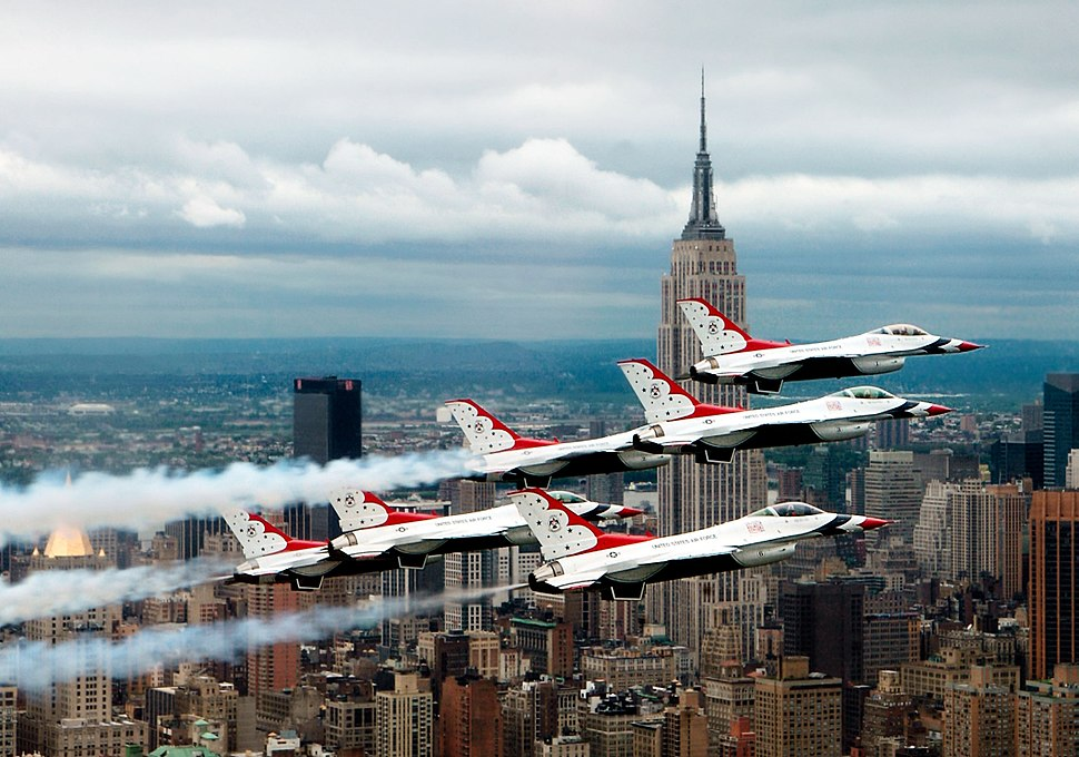 F-16 Fighting Falcons above New York City(2)