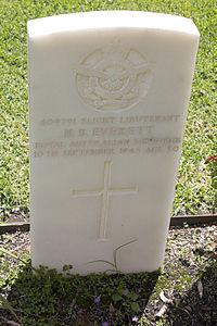 Flight Lieutenant N B Everett gravestone in the Wagga Wagga War Cemetery.jpg